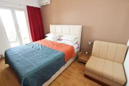 Спальня. Будванская ривьера, Черногория, Святой Стефан : Апартамент для 4-7 человек, с 2-мя отдельными спальнями, с 2-мя ванными комнатами (в одной из них сауна), с большой террасой с шикарным видом на море