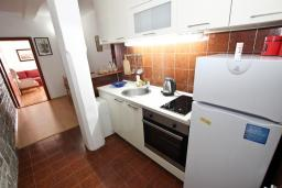Кухня. Будванская ривьера, Черногория, Святой Стефан : Апартамент для 4-7 человек, с 2-мя отдельными спальнями, с 2-мя ванными комнатами (в одной из них сауна), с большой террасой с шикарным видом на море