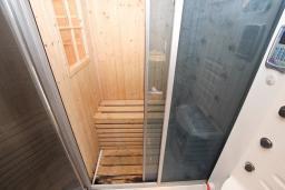 Ванная комната. Будванская ривьера, Черногория, Святой Стефан : Апартамент для 4-7 человек, с 2-мя отдельными спальнями, с 2-мя ванными комнатами (в одной из них сауна), с большой террасой с шикарным видом на море