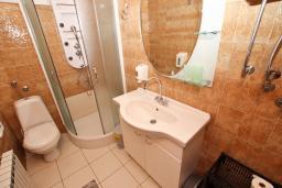 Ванная комната 2. Будванская ривьера, Черногория, Святой Стефан : Апартамент для 4-7 человек, с 2-мя отдельными спальнями, с 2-мя ванными комнатами (в одной из них сауна), с большой террасой с шикарным видом на море