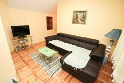 Гостиная. Боко-Которская бухта, Черногория, Доброта : Апартамент для 4-5 человек, с 2-мя отдельными спальнями, с балконом с шикарным видом на море, 30 метров до пляжа