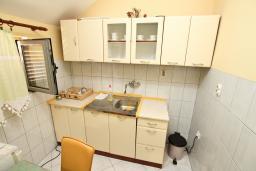 Кухня. Боко-Которская бухта, Черногория, Доброта : Апартамент для 4-5 человек, с 2-мя отдельными спальнями, с балконом с шикарным видом на море, 30 метров до пляжа