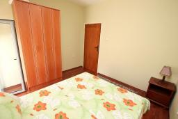 Спальня. Боко-Которская бухта, Черногория, Доброта : Апартамент для 4-5 человек, с 2-мя отдельными спальнями, с балконом с шикарным видом на море, 30 метров до пляжа