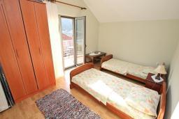 Спальня 2. Боко-Которская бухта, Черногория, Доброта : Апартамент для 4-5 человек, с 2-мя отдельными спальнями, с балконом с шикарным видом на море, 30 метров до пляжа