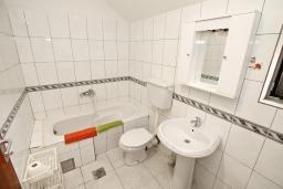 Ванная комната. Боко-Которская бухта, Черногория, Доброта : Апартамент для 4-5 человек, с 2-мя отдельными спальнями, с балконом с шикарным видом на море, 30 метров до пляжа