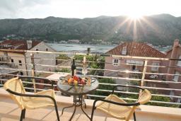 Балкон. Боко-Которская бухта, Черногория, Доброта : Апартамент для 4-5 человек, с 2-мя отдельными спальнями, с балконом с шикарным видом на море, 30 метров до пляжа