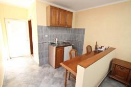 Кухня. Боко-Которская бухта, Черногория, Столив : Студия с балконом с видом на залив, возле пляжа