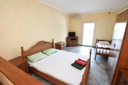 Студия (гостиная+кухня). Боко-Которская бухта, Черногория, Столив : Студия с балконом с видом на залив, возле пляжа