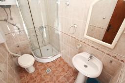 Ванная комната. Боко-Которская бухта, Черногория, Столив : Студия с балконом с видом на залив, возле пляжа