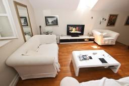 Гостиная. Будванская ривьера, Черногория, Будва : Современный апартамент в старом городе Будвы