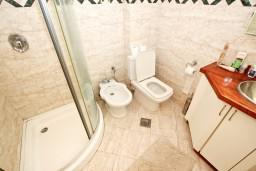 Ванная комната. Будванская ривьера, Черногория, Будва : Современный апартамент в старом городе Будвы