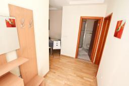 Коридор. Боко-Которская бухта, Черногория, Ораховац : Апартамент с отдельной спальней, с балконом с видом на море, 80 метров до пляжа