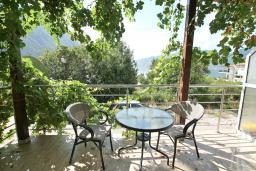 Терраса. Боко-Которская бухта, Черногория, Ораховац : Апартамент с отдельной спальней, с балконом с видом на море, 80 метров до пляжа