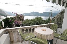 Балкон. Боко-Которская бухта, Черногория, Ораховац : Двухэтажный апартамент с 1 спальней и балконом с шикарным видом на море в 10 метрах от пляжа