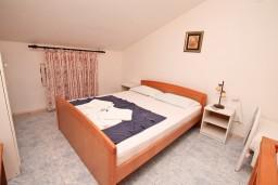 Спальня. Боко-Которская бухта, Черногория, Ораховац : Двухэтажный апартамент с 1 спальней и балконом с шикарным видом на море в 10 метрах от пляжа