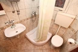 Ванная комната. Боко-Которская бухта, Черногория, Ораховац : Двухэтажный апартамент с 1 спальней и балконом с шикарным видом на море в 10 метрах от пляжа