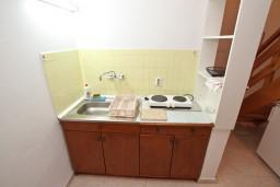 Кухня. Боко-Которская бухта, Черногория, Ораховац : Двухэтажный апартамент с 1 спальней и балконом с шикарным видом на море в 10 метрах от пляжа