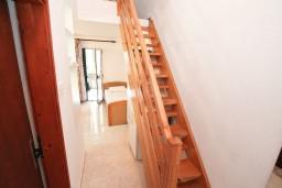 Коридор. Боко-Которская бухта, Черногория, Ораховац : Двухэтажный апартамент с 1 спальней и балконом с шикарным видом на море в 10 метрах от пляжа