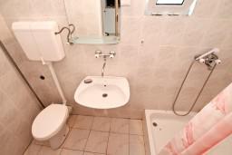 Ванная комната. Боко-Которская бухта, Черногория, Ораховац : Трёхместная комната в 10 метрах от пляжа