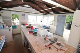 Кухня. Боко-Которская бухта, Черногория, Ораховац : Трёхместная комната в 10 метрах от пляжа