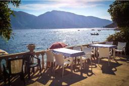 Терраса. Боко-Которская бухта, Черногория, Ораховац : Трёхместная комната в 10 метрах от пляжа