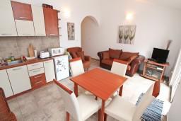 Гостиная. Боко-Которская бухта, Черногория, Прчань : Апартамент для 4 человек, с 2-мя отдельными спальнями, с балконом с шикарным видом на море, 50 метров до пляжа
