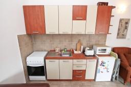 Кухня. Боко-Которская бухта, Черногория, Прчань : Апартамент для 4 человек, с 2-мя отдельными спальнями, с балконом с шикарным видом на море, 50 метров до пляжа