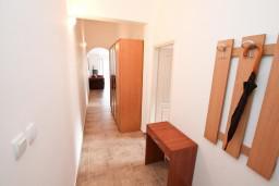 Коридор. Боко-Которская бухта, Черногория, Прчань : Апартамент для 4 человек, с 2-мя отдельными спальнями, с балконом с шикарным видом на море, 50 метров до пляжа