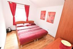 Спальня. Боко-Которская бухта, Черногория, Прчань : Апартамент для 4 человек, с 2-мя отдельными спальнями, с балконом с шикарным видом на море, 50 метров до пляжа