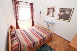 Спальня 2. Боко-Которская бухта, Черногория, Прчань : Апартамент для 4 человек, с 2-мя отдельными спальнями, с балконом с шикарным видом на море, 50 метров до пляжа