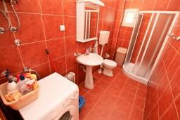 Ванная комната. Боко-Которская бухта, Черногория, Прчань : Апартамент для 4 человек, с 2-мя отдельными спальнями, с балконом с шикарным видом на море, 50 метров до пляжа