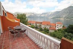 Балкон. Боко-Которская бухта, Черногория, Прчань : Апартамент для 4 человек, с 2-мя отдельными спальнями, с балконом с шикарным видом на море, 50 метров до пляжа