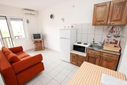 Гостиная. Будванская ривьера, Черногория, Кримовица : Апартамент с отдельной спальней, с балконом с видом на море