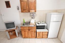Кухня. Будванская ривьера, Черногория, Кримовица : Апартамент для 3-5 человек, с отдельной спальней, с балконом с видом на море