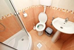 Ванная комната. Будванская ривьера, Черногория, Кримовица : Апартамент для 3-5 человек, с отдельной спальней, с балконом с видом на море