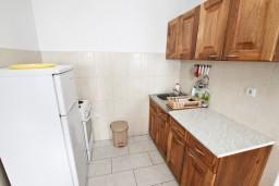 Кухня. Будванская ривьера, Черногория, Кримовица : Апартамент с отдельной спальней, с балконом с видом на море