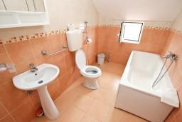 Ванная комната. Будванская ривьера, Черногория, Кримовица : Апартамент с отдельной спальней, с балконом с видом на море