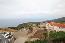 Фасад дома. Будванская ривьера, Черногория, Кримовица : Апартамент с отдельной спальней, с балконом с видом на море