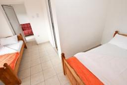 Спальня. Будванская ривьера, Черногория, Кримовица : Апартамент для 3-5 человек, с отдельной спальней, с балконом с видом на море