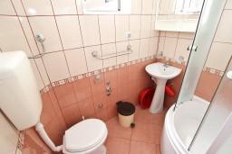 Ванная комната. Будванская ривьера, Черногория, Кримовица : Студия для 2 человек, с балконом с видом на море