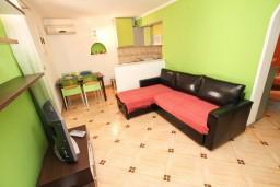 Гостиная. Будванская ривьера, Черногория, Святой Стефан : Апартамент для 2-4 человек, с отдельной спальней, с террасой