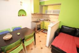 Обеденная зона. Будванская ривьера, Черногория, Святой Стефан : Апартамент для 2-4 человек, с отдельной спальней, с террасой