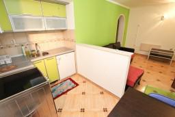 Кухня. Будванская ривьера, Черногория, Святой Стефан : Апартамент для 2-4 человек, с отдельной спальней, с террасой