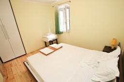 Спальня. Будванская ривьера, Черногория, Святой Стефан : Апартамент для 2-4 человек, с отдельной спальней, с террасой