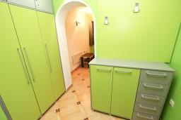Гардеробная / шкаф. Будванская ривьера, Черногория, Святой Стефан : Апартамент для 2-4 человек, с отдельной спальней, с террасой