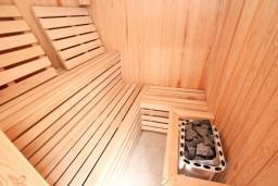 Прочее. Боко-Которская бухта, Черногория, Кавач : Двухэтажная вилла в Кавац (Котор), с 4-мя отдельными спальнями, с 2-мя большими гостиными, с 4-мя ванными комнатами, с крытым плавательным бассейном, с сауной,  с зеленым двориком, несколько парковочных мест.