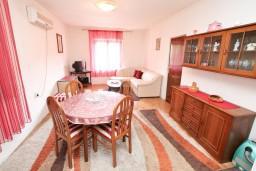 Гостиная. Боко-Которская бухта, Черногория, Доброта : Апартамент для 5-6 человек, с 2-мя отдельными спальнями, возле пляжа