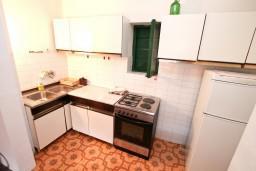 Кухня. Боко-Которская бухта, Черногория, Доброта : Апартамент для 5-6 человек, с 2-мя отдельными спальнями, возле пляжа