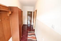 Коридор. Боко-Которская бухта, Черногория, Доброта : Апартамент для 5-6 человек, с 2-мя отдельными спальнями, возле пляжа