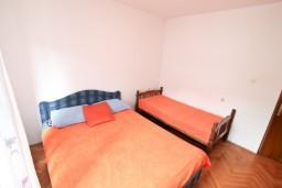 Спальня. Боко-Которская бухта, Черногория, Доброта : Апартамент для 5-6 человек, с 2-мя отдельными спальнями, возле пляжа